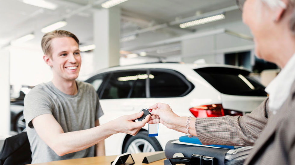 La compra de un coche, ¿la misma inversión que mantener dos en renting?