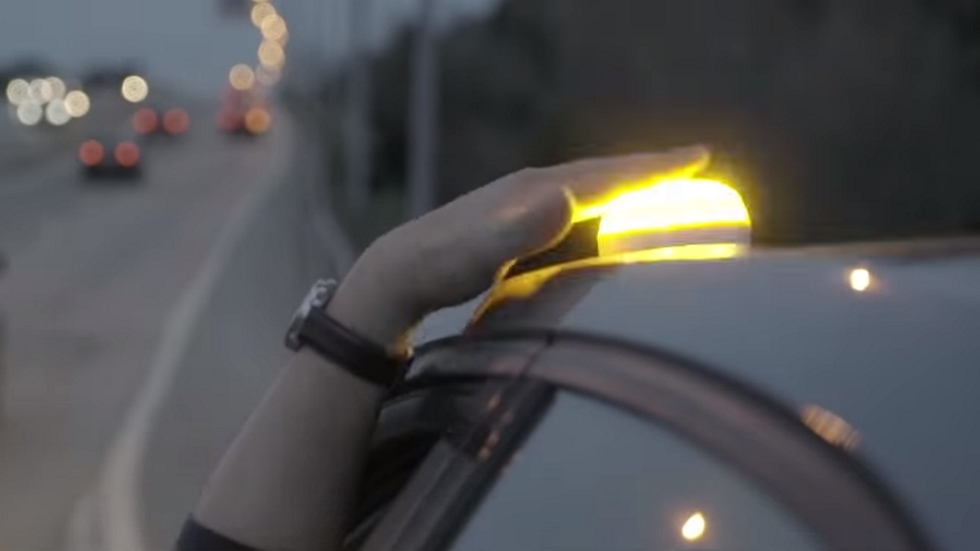 Así es la señal luminosa con la que sustituirás en tu coche los triángulos de emergencia