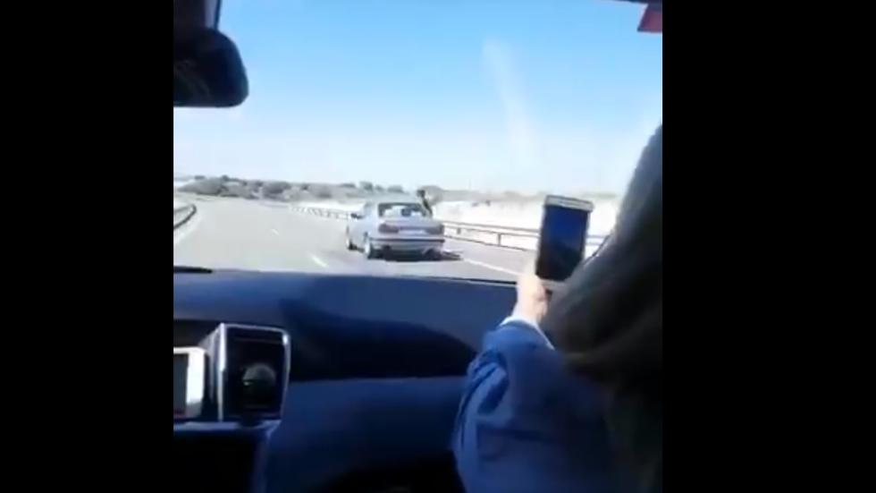 Circula sentado en la ventanilla del coche y alega que estaba mareado por el calor (VÍDEO)