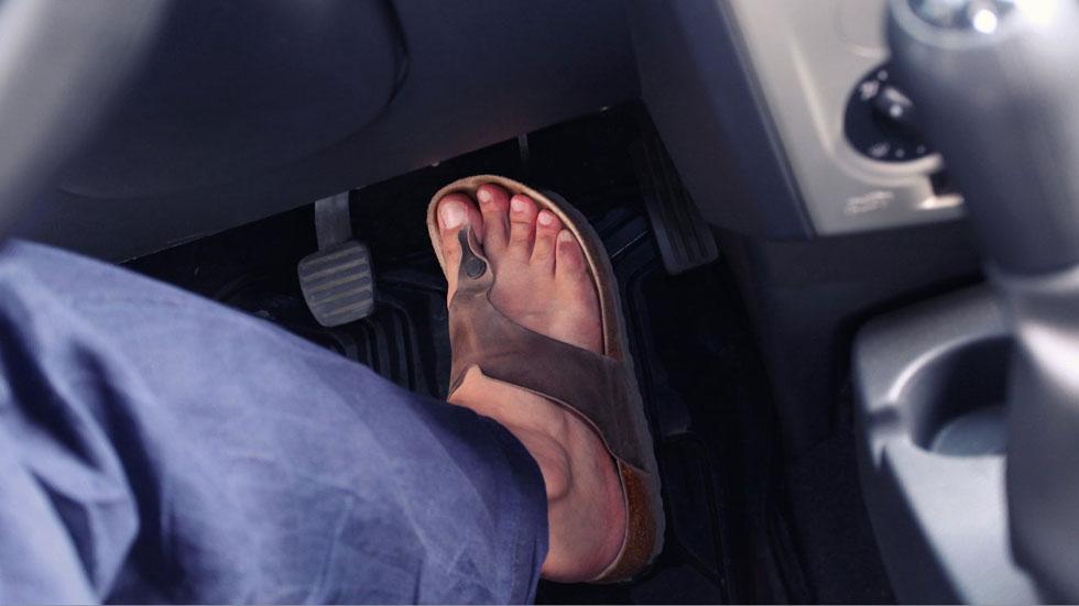 ¿Es legal conducir con chanclas? ¿Pueden multarme? La DGT responde…