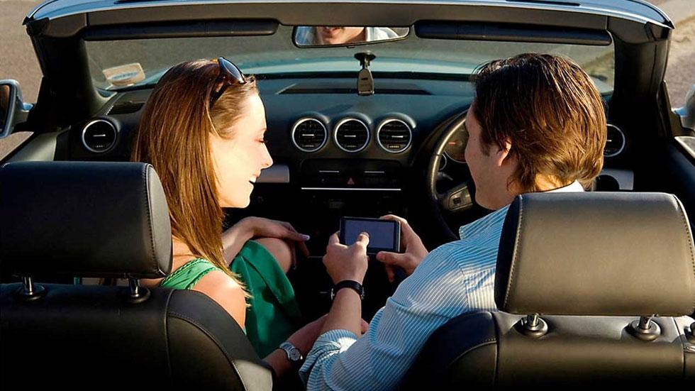 Por qué es peligroso cargar el móvil en el coche y usarlo mientras conduces