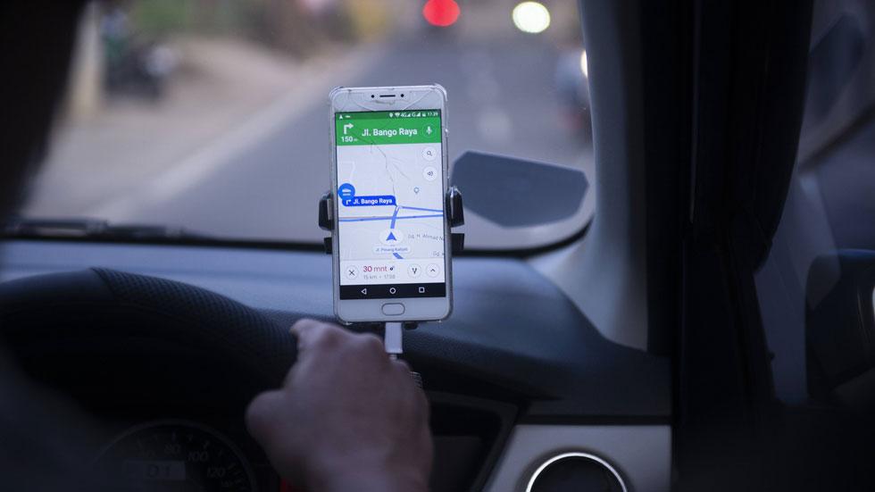 Por qué no debes poner tu móvil o navegador en el parabrisas del coche