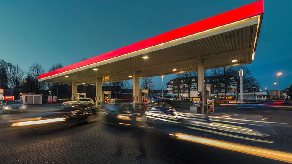 Lo que te gastarás con el coche este mes de agosto en combustible y peajes