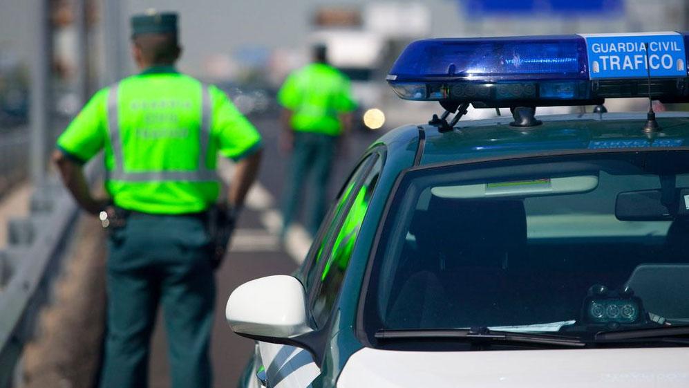 Conducir en chanclas, hacer una peineta… las multas más absurdas que te pueden poner