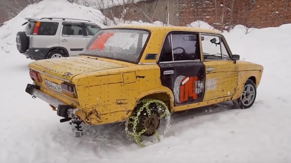 ¿Locura o genialidad? El coche que circula con ruedas fabricadas con cadenas (vídeo)