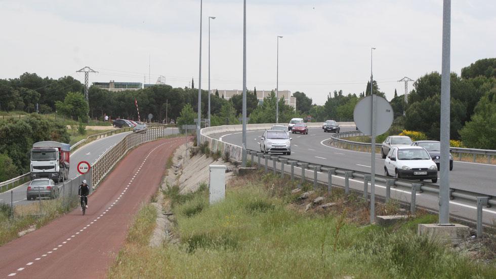 De película de terror: un coche a toda velocidad, por un carril bici de Madrid (vídeo)
