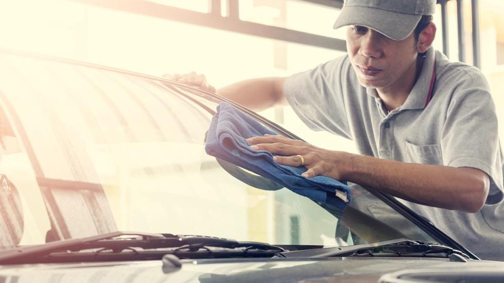 Cómo limpiar los cristales del coche en verano para que queden relucientes (VÍDEO)
