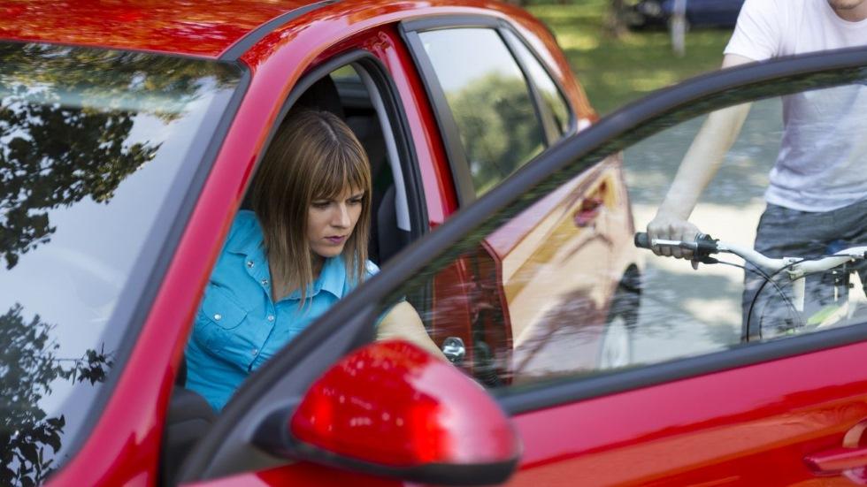 """Abre la puerta del coche """"a la holandesa"""" y evita accidentes: cómo y para qué sirve"""