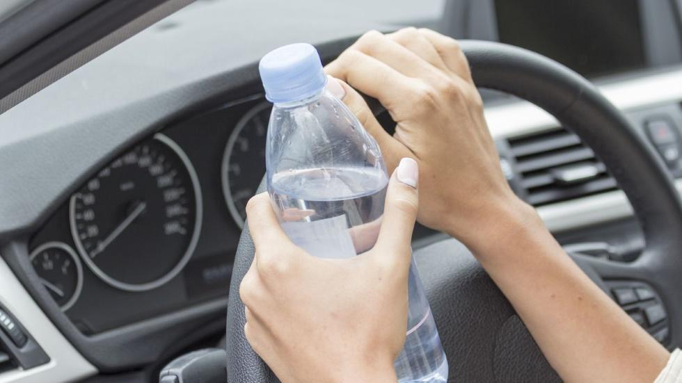 Tira ya las botellas de agua del coche: recuerda por qué son muy peligrosas