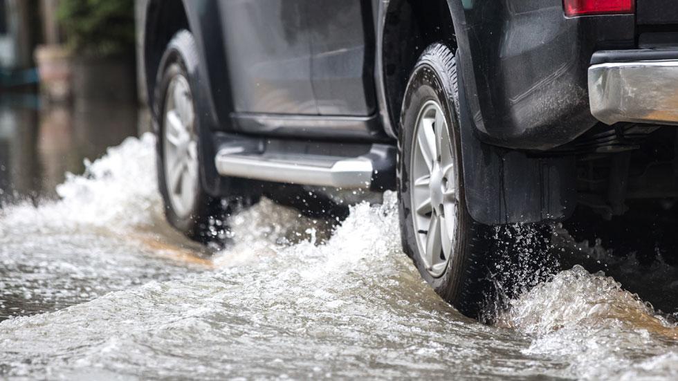 ¿Qué hacer si te sorprende una inundación o una riada cuando vas en el coche?