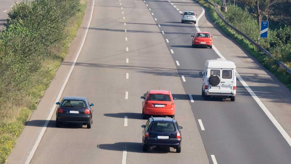 A quién multan si te pasan por la derecha en una autovía: ¿a ti o al que adelanta?