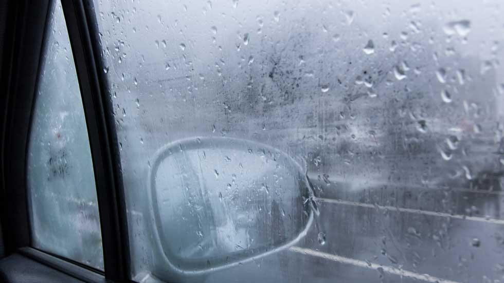 El truco infalible para desempañar los cristales del coche con lluvia