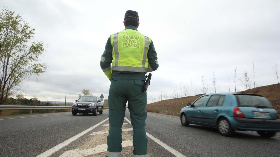 Tráfico moviliza a policías y cámaras contra el uso del móvil al volante