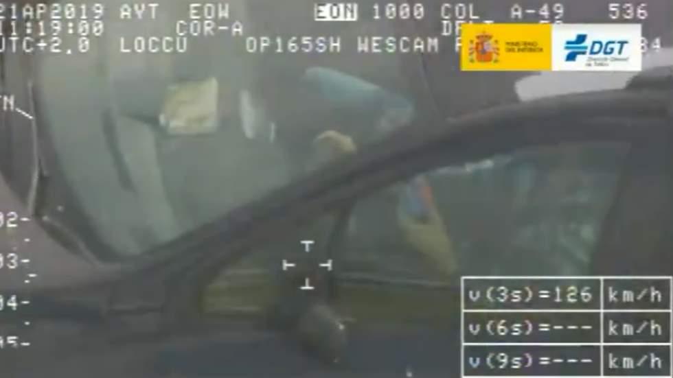 La DGT graba a un conductor haciendo el cubo de Rubik mientras conduce