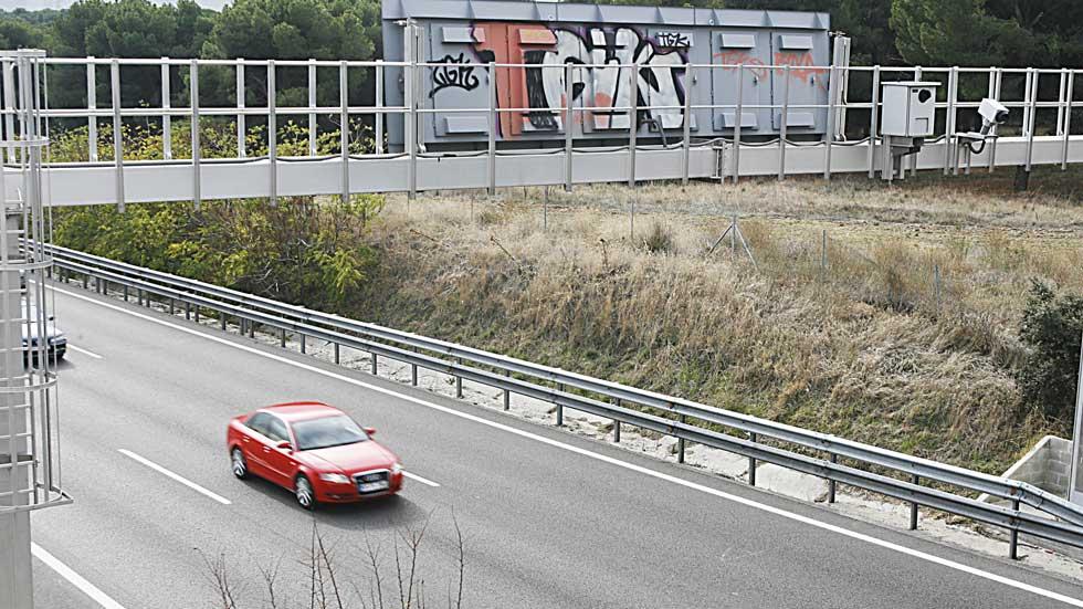 """Así son los radares de la DGT que """"cazan"""" a los coches sin seguro e ITV caducada"""