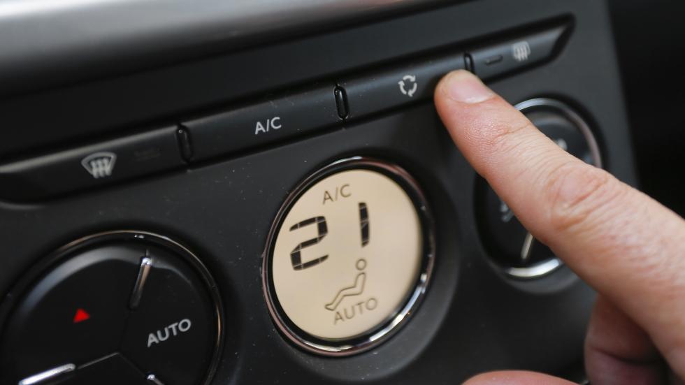 Botón de recirculación del coche o aire exterior: cuándo usarlo y cuándo es malo