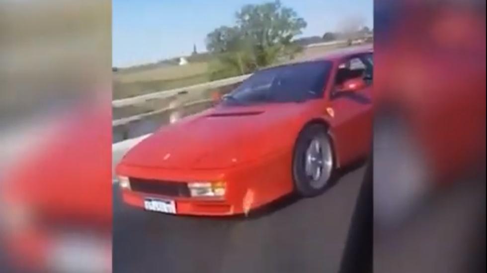 Adelanta a un Ferrari con un Sandero, lo graba para reírse y termina volcando