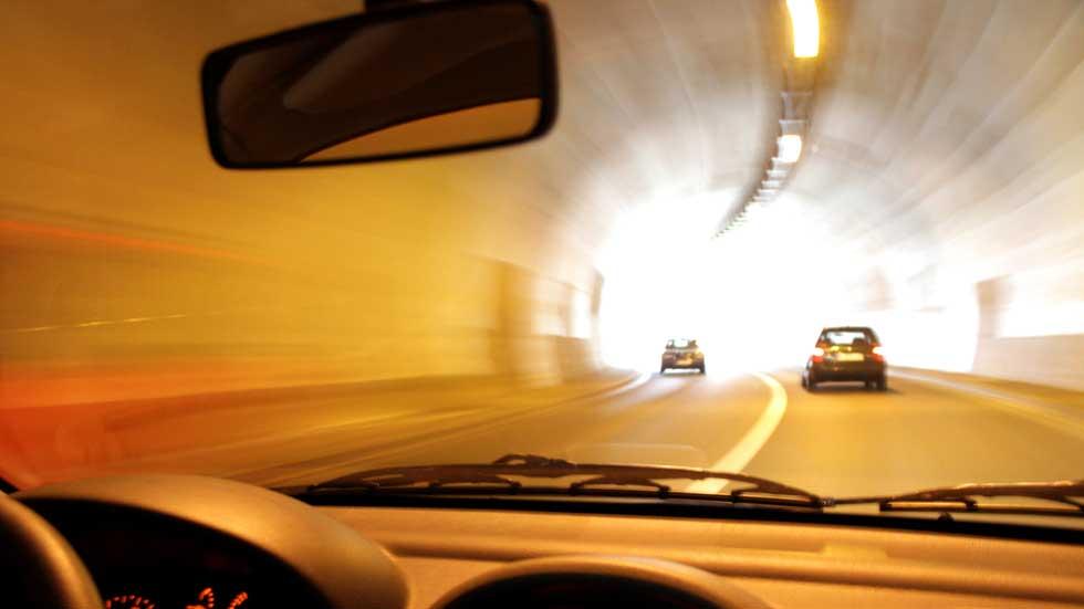¿Te pueden multar si llevas activadas las luces automáticas de tu coche?