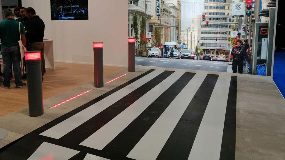 Máxima seguridad en carretera: así son los pasos de peatones anti-zombies