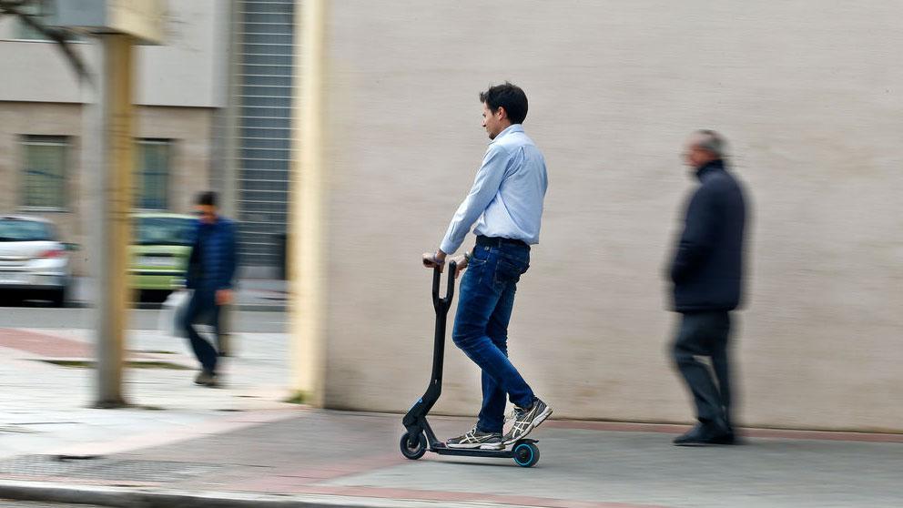 Aparcar las bicis y los patinetes en las aceras, la próxima prohibición de la DGT