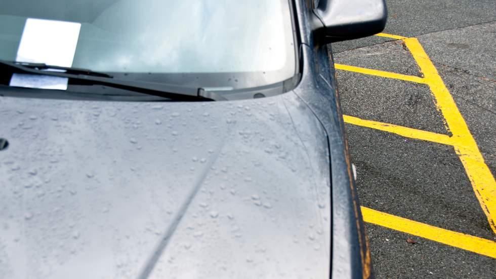 ¿Pueden multarte por estar mal aparcado si no te bajas del coche?