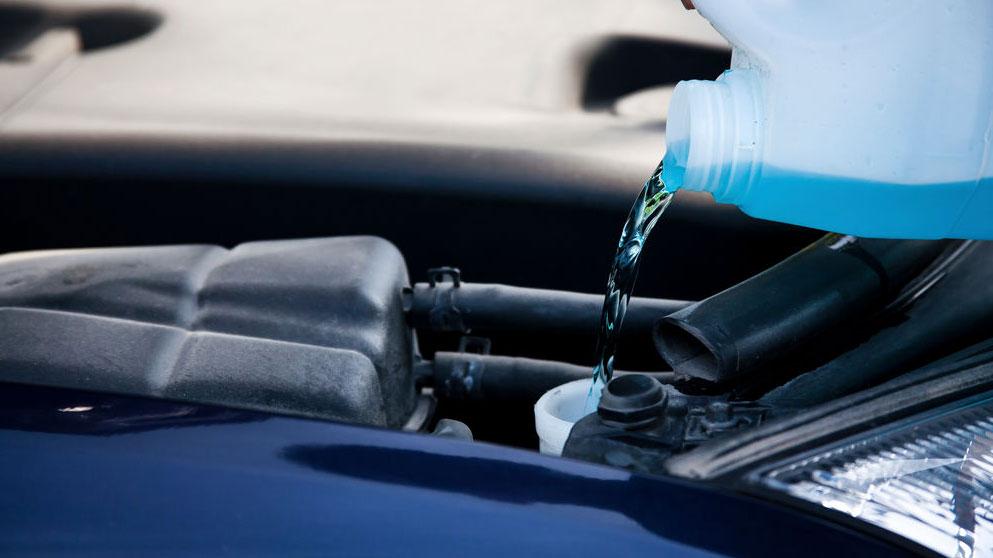 Por qué nunca debes usar lavavajillas para el limpiaparabrisas del coche, y cómo rellenarlo