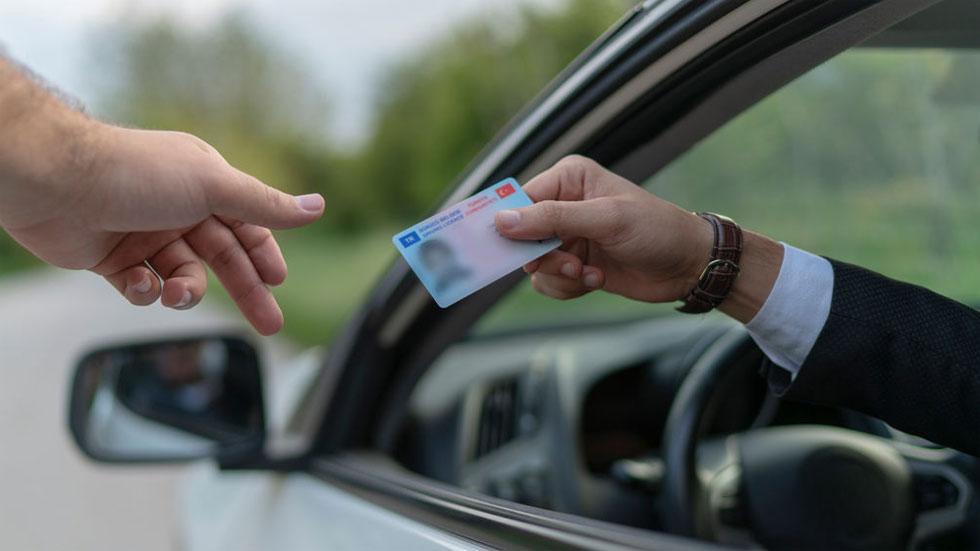 Si te han robado o has perdido el carné de conducir, ¿se puede circular solo con el DNI?