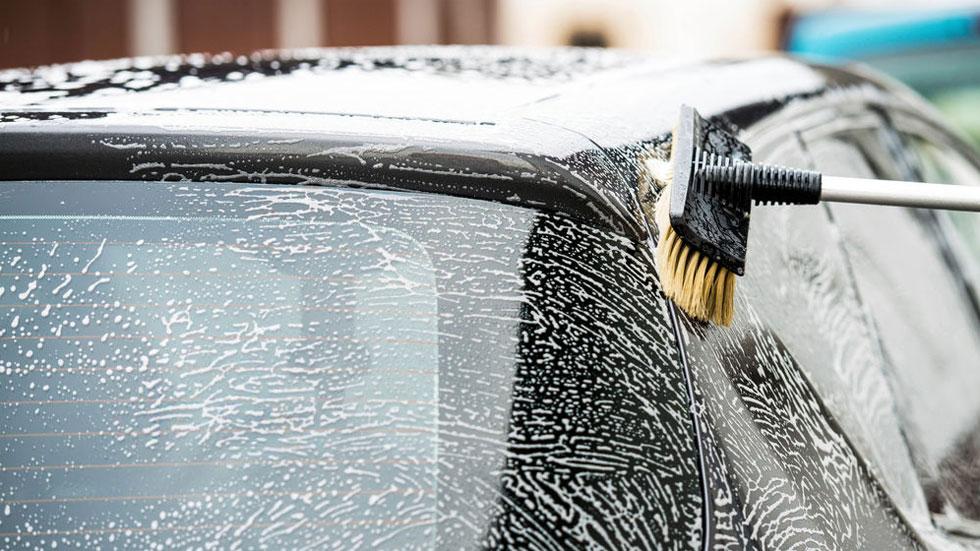Malos hábitos y falsas ideas al limpiar tu coche que no deberías creer más