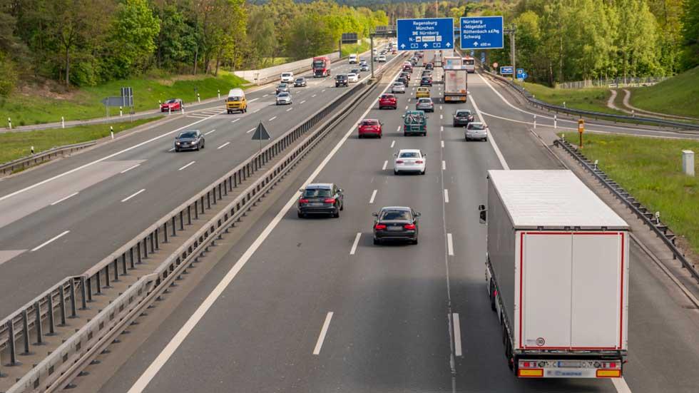 Cómo incorporarse o salir de una autovía con seguridad: atento a los consejos de la DGT