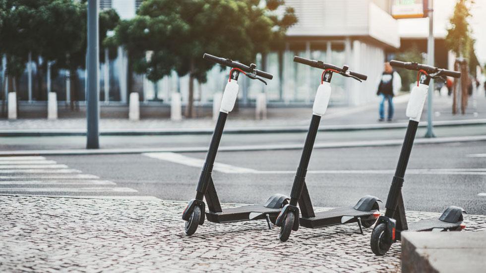 En esta ciudad española ya multan por aparcar mal los patinetes