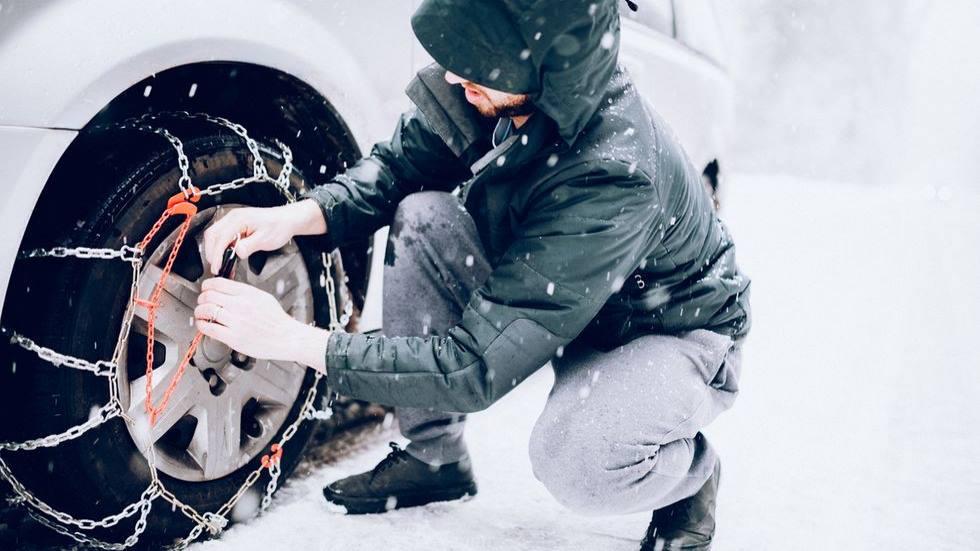 La Guardia Civil explica cómo colocar las cadenas de nieve en tu coche