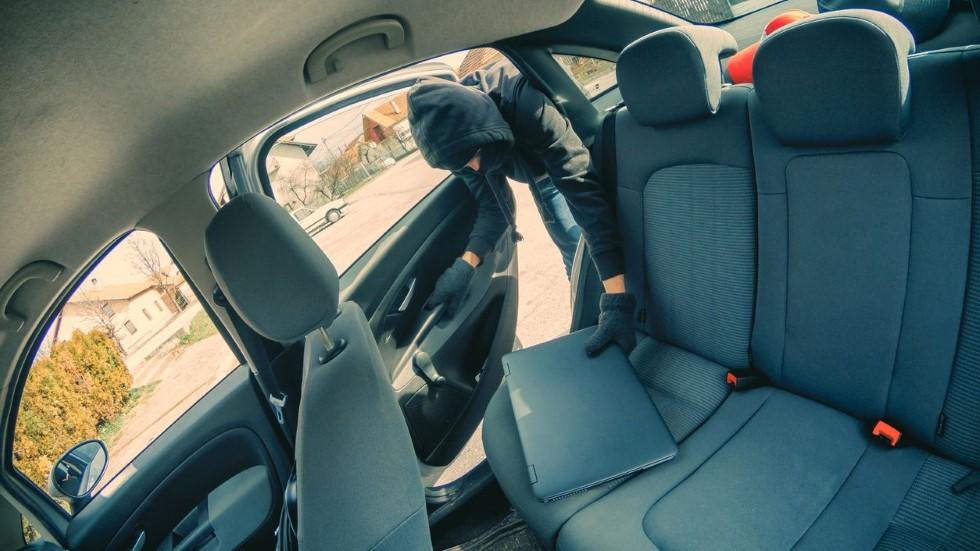 Así es el truco que emplean los ladrones para saber qué hay en tu coche y robar