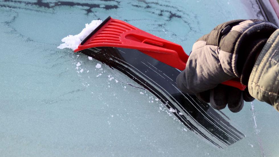 Todo lo que NUNCA tienes que hacer si tienes congelado el parabrisas de tu coche