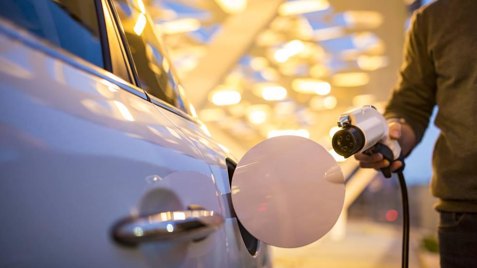 Cómo conducir un coche eléctrico: 10 trucos para consumir menos