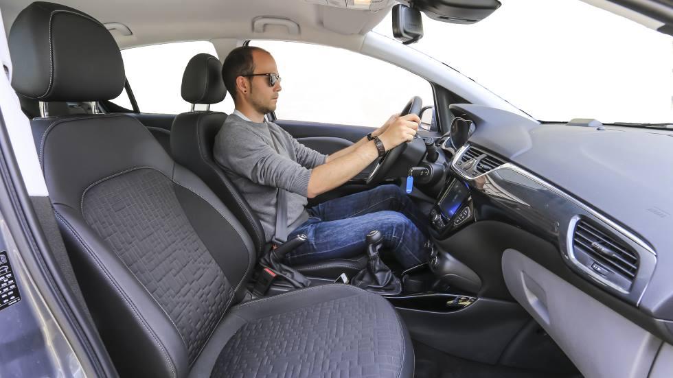 Cómo sentarse de forma correcta y cómoda para conducir: trucos y consejos