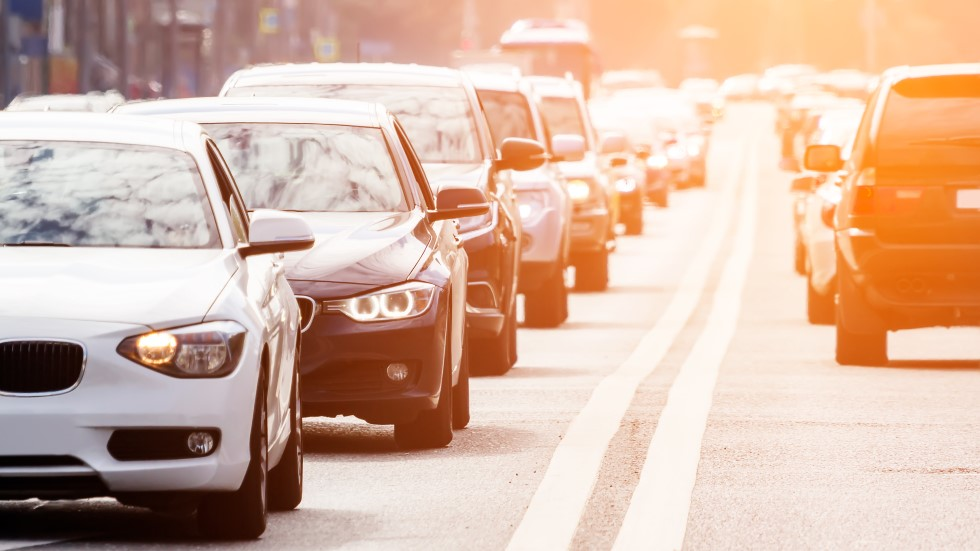 Los impuestos y las restricciones que llegan al coche: cómo nos afectarán, en 10 claves