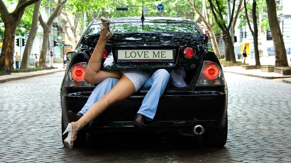 San Valentín sobre ruedas: las mejores posturas para hacer el amor en el coche