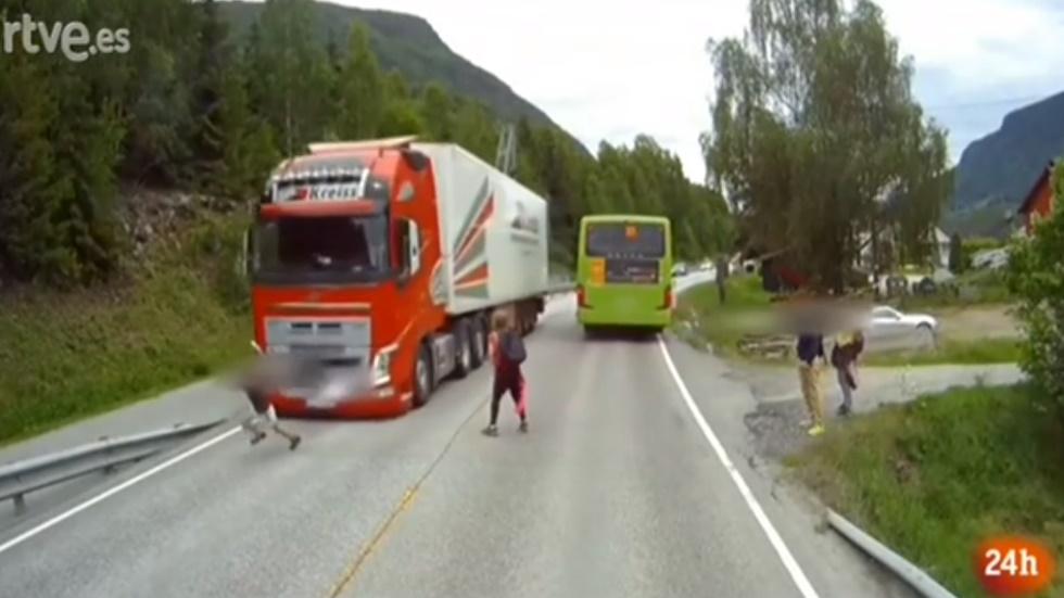 ¡Un milagro! La pericia de este camionero salva el atropello de un niño por milímetros