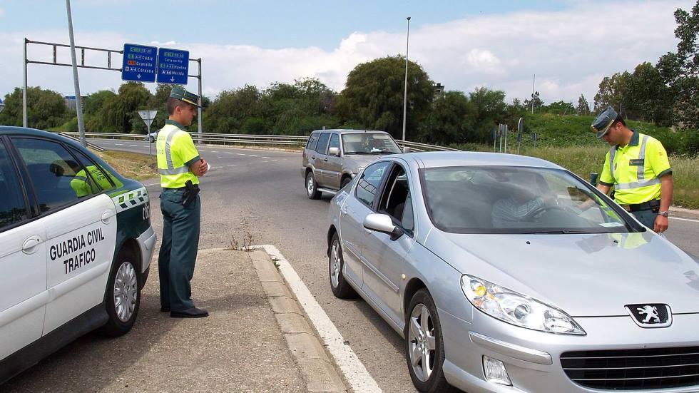 La Guardia Civil explica cómo actuar si te paran con el coche estos días