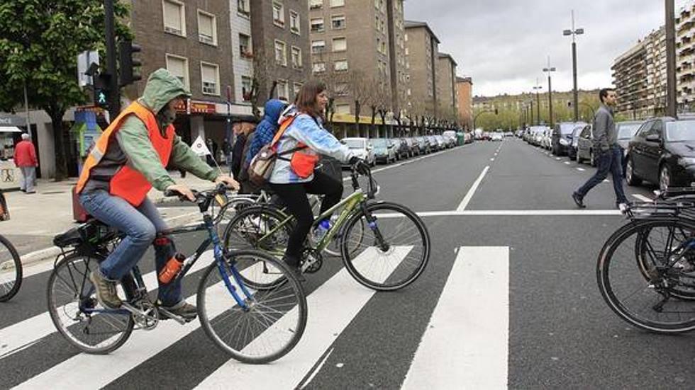 La Guardia Civil aclara si se puede cruzar un paso de peatones montado en la bici