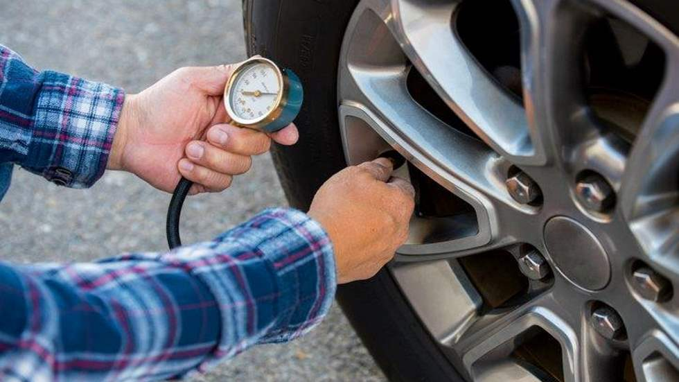 Cómo revisar los neumáticos de tu coche en solo 5 pasos: los consejos de la DGT