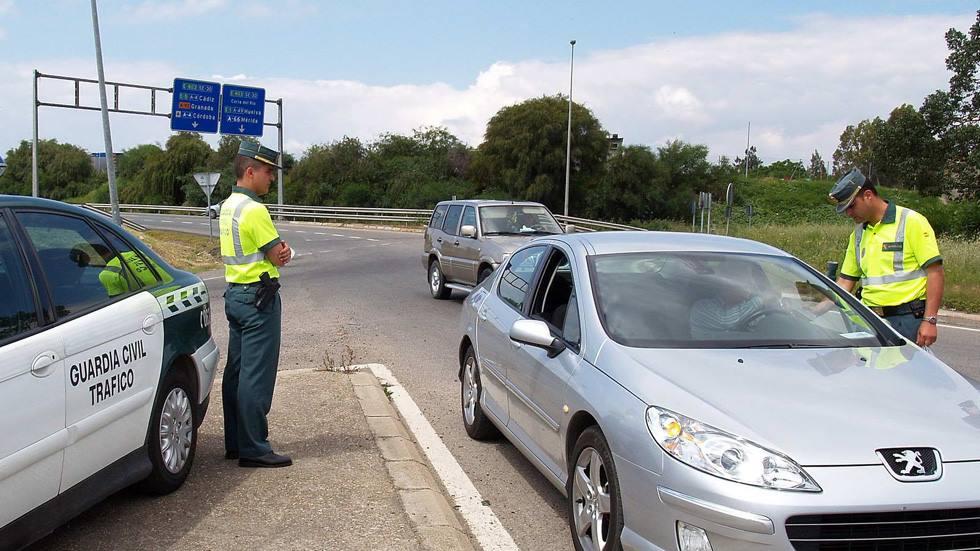 Así es como tienes que parar tu coche en un control de la Guardia Civil (vídeo)