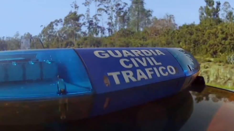 Cómo parar de forma correcta tu coche si te da el alto la Guardia Civil (vídeo)