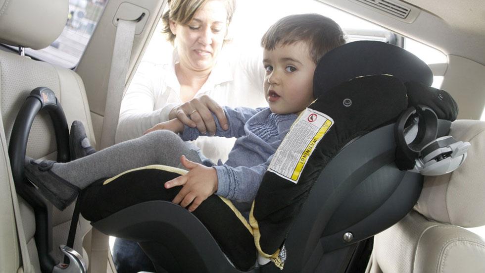 Colocar a los niños en una 'silla' en sentido contrario a la marcha reduce un 75% el riesgo de lesiones, según estudio