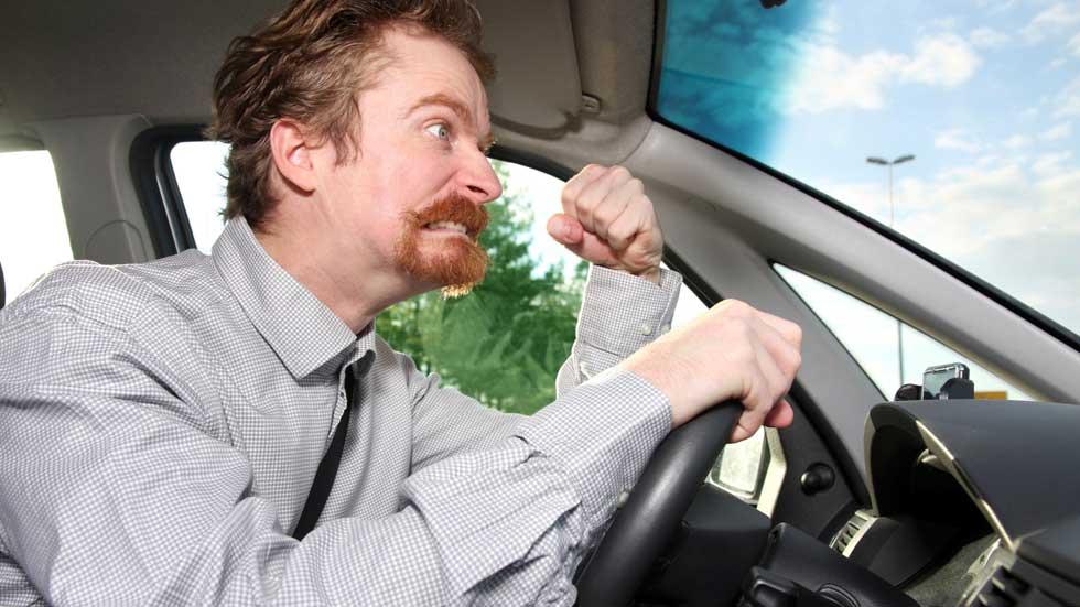 El 21 por ciento de los conductores acosan al coche delantero