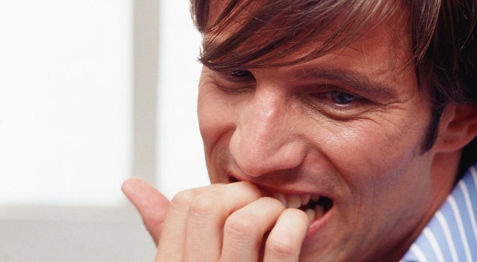 80 euros a un conductor por morderse las uñas