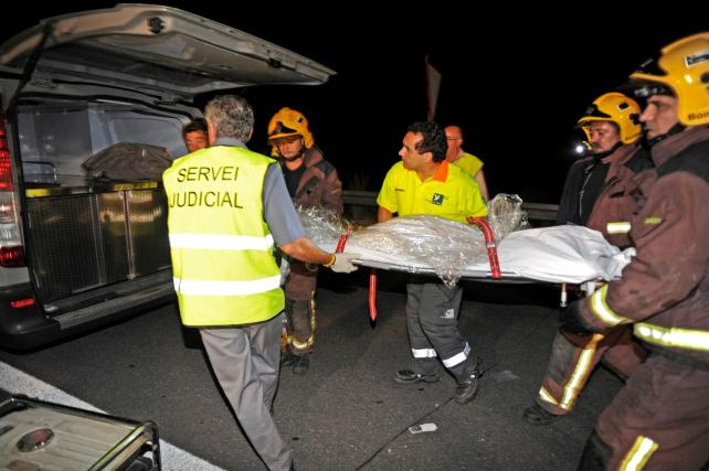 Muere una mujer en un accidente contra un coche de los Mossos sin identificar