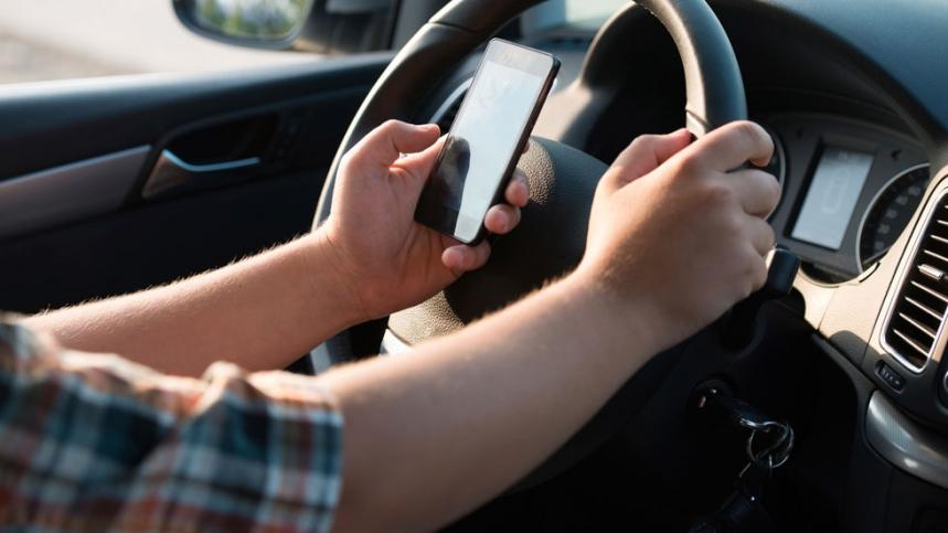 Anulada una multa por hablar por el móvil por la no ratificación del agente