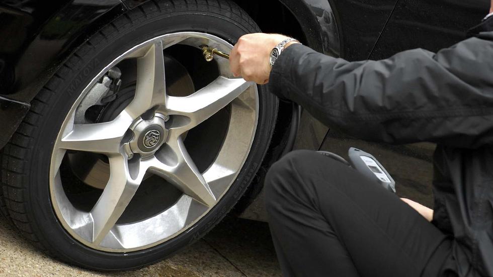 Baja presión en los neumáticos y calor, más consumo