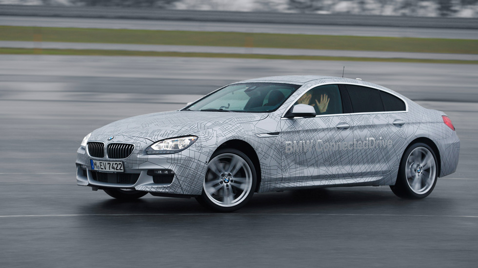 BMW presenta el coche que conduce y derrapa solo